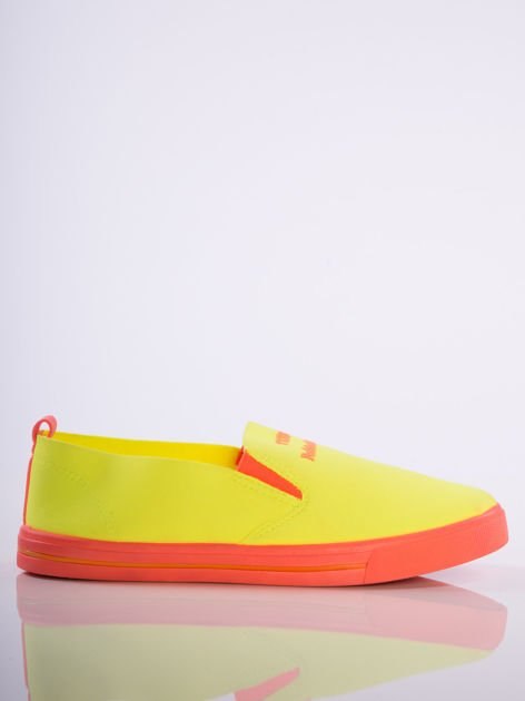 Neożółte slip-ony z pomarańczową podeszwą i napisem z przodu