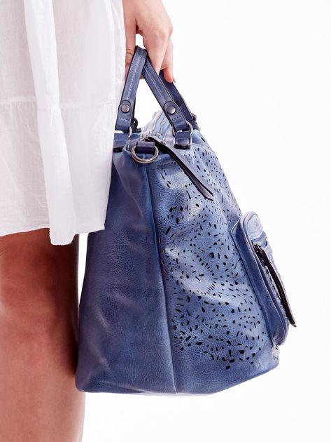 Niebieska ażurowa torba z plecioną kieszonką                              zdj.                              3