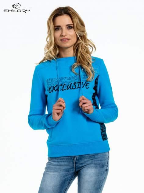 Niebieska bluza sportowa z kapturem i koronką                                  zdj.                                  1