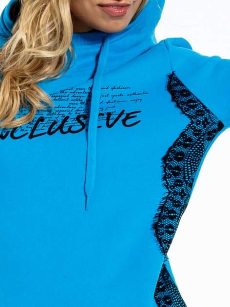 Niebieska bluza sportowa z kapturem i koronką                                  zdj.                                  7