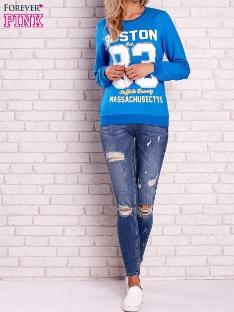 Niebieska bluza z napisem BOSTON 83                                  zdj.                                  2