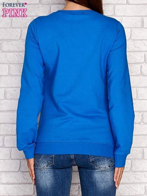 Niebieska bluza z napisem SMILE HAPPINESS LOOKS GORGEOUS ON YOU                                  zdj.                                  4