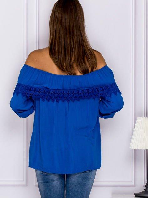 Niebieska bluzka hiszpanka z koronkową lamówką                              zdj.                              2