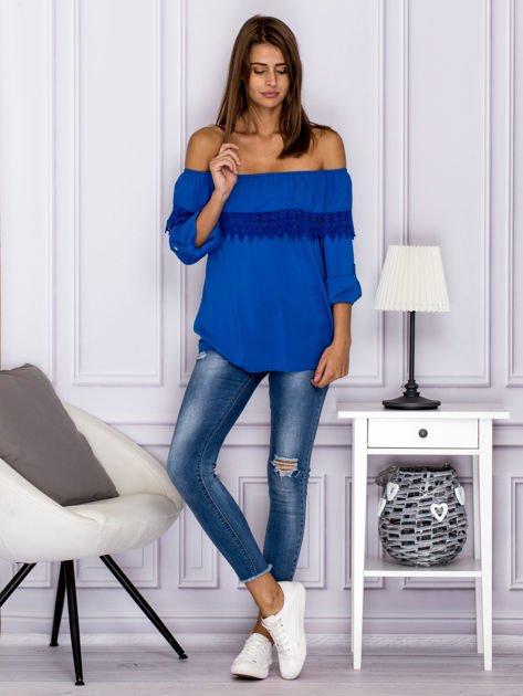 Niebieska bluzka hiszpanka z koronkową lamówką                              zdj.                              4