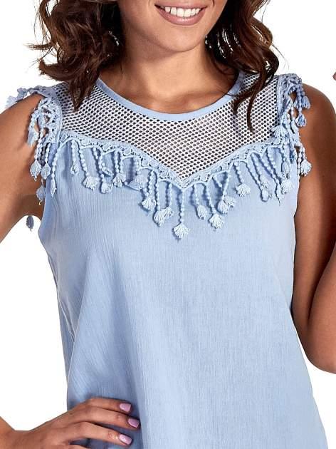 Niebieska bluzka koszulowa z frędzlami przy dekolcie                                  zdj.                                  5