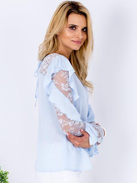 Niebieska bluzka z falbanami i koronkowymi rękawami                              zdj.                              3