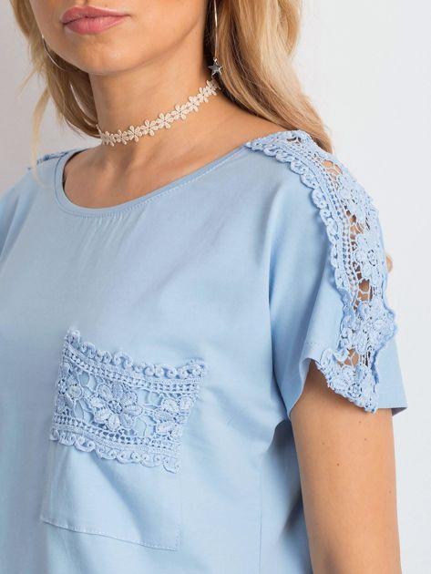 Niebieska bluzka z koronkową kieszonką                              zdj.                              5