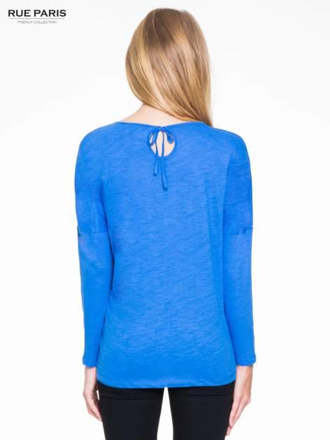 Niebieska bluzka z wiązanym oczkiem z tyłu                                  zdj.                                  4