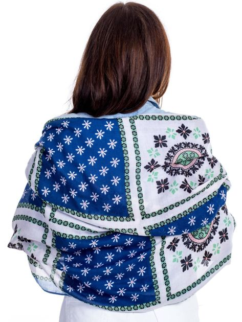 Niebieska chusta w etniczne wzory z pomponikami                              zdj.                              2