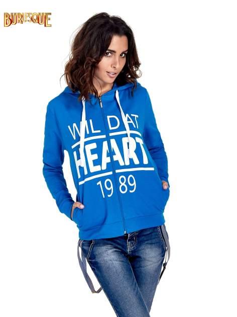 Niebieska damska bluza z kapturem i napisem WILD AT HEART 1989