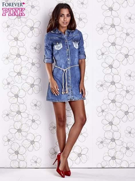 Niebieska dekatyzowana sukienka jeansowa z wiązaniem w pasie                                  zdj.                                  3