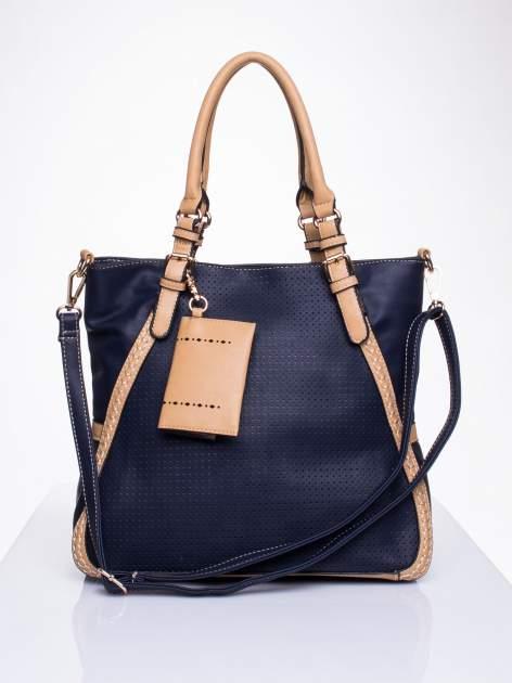 Niebieska dziurkowana torba shopper z portfelem