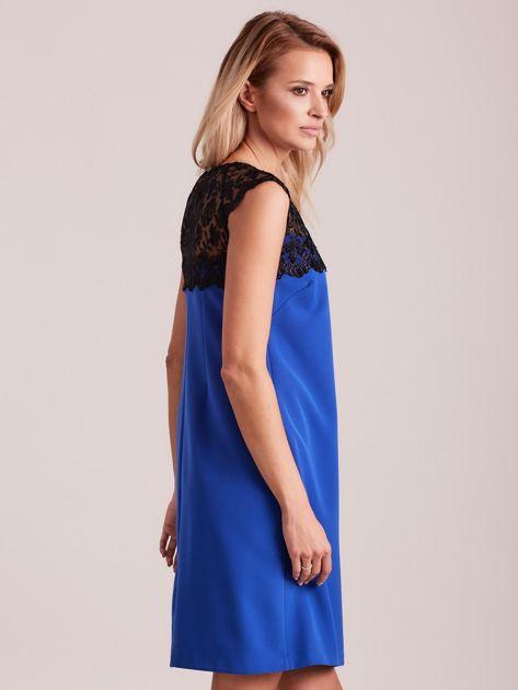 Niebieska elegancka sukienka z koronką                              zdj.                              3