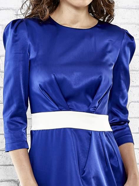 Niebieska elegancka sukienka z satyny z drapowaniem                                  zdj.                                  5