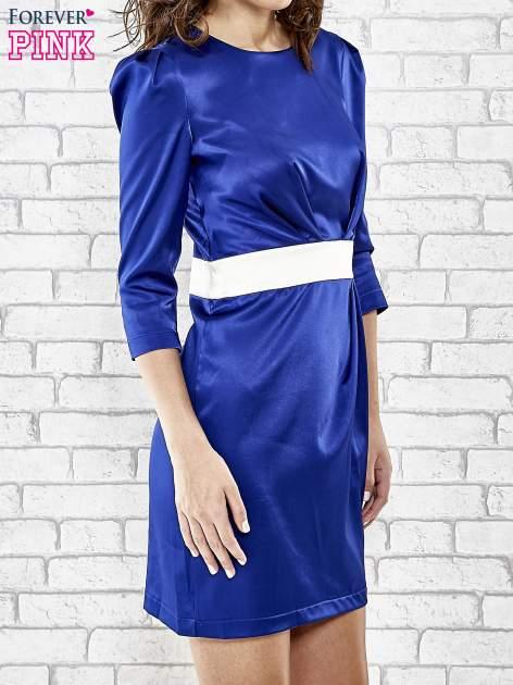 Niebieska elegancka sukienka z satyny z drapowaniem                                  zdj.                                  3