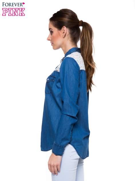 Niebieska koszula jeansowa z koronkową wstawką                                  zdj.                                  3