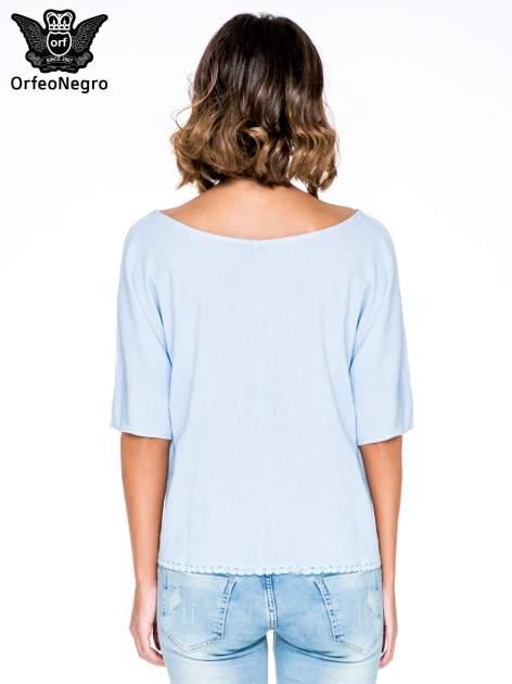 Niebieska koszula nietoperz z ażurowaniem na dole                                  zdj.                                  4