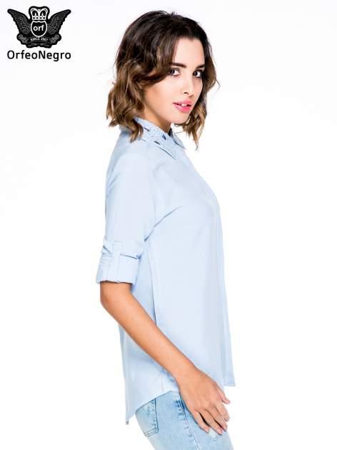 Niebieska koszula z biżuteryjnym kołnierzykiem                                  zdj.                                  5