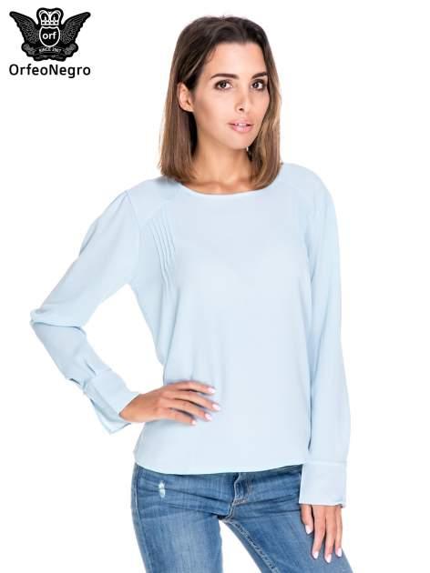 Niebieska koszula z wycięciem na plecach