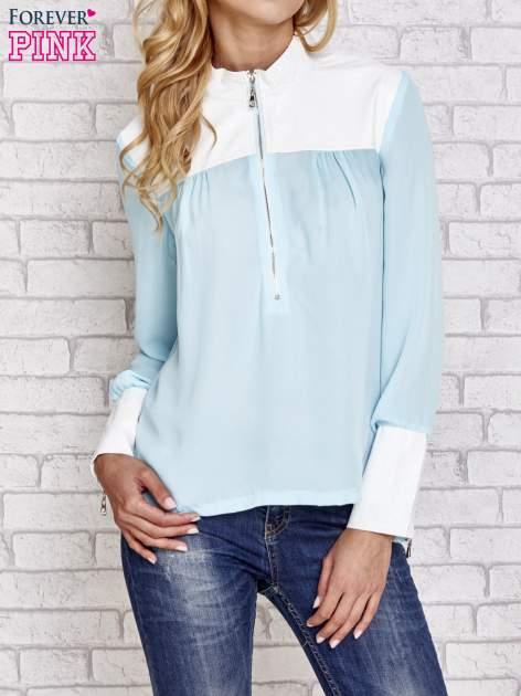 Niebieska koszula ze skórzanymi pikowanymi wstawkami