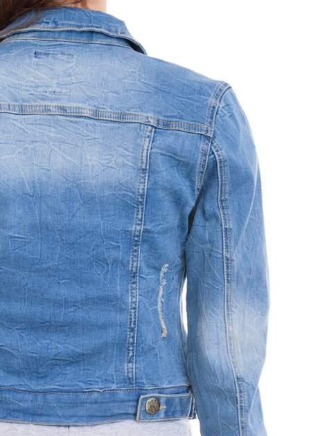 Niebieska kurtka jeansowa damska z efektem gniecenia                                  zdj.                                  7