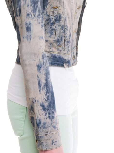 Niebieska kurtka jeansowa damska z efektem tie-dye                                  zdj.                                  6