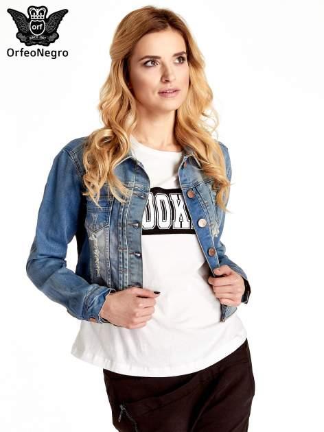 Niebieska kurtka jeansowa damska z przetarciami