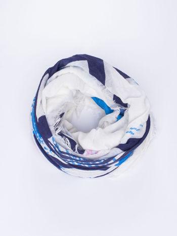 Niebieska kwadratowa chusta w literowy wzór i ciapki                                  zdj.                                  1