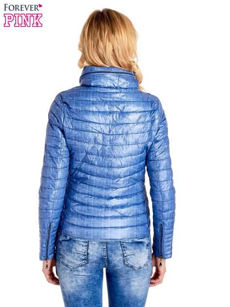 Niebieska lekka kurtka puchowa z suwakami przy rękawach                                  zdj.                                  4