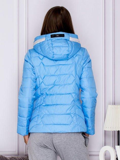 Niebieska pikowana kurtka przejściowa z ozdobnymi suwakami                              zdj.                              2