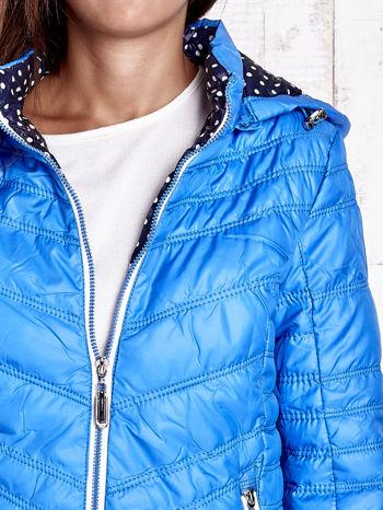 Niebieska pikowana kurtka z wykończeniem w groszki                                  zdj.                                  8