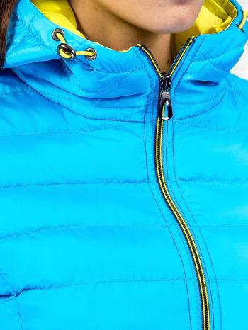 Niebieska pikowana kurtka z żółtym wykończeniem                                  zdj.                                  8