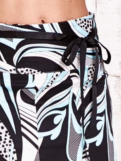 Niebieska rozkloszowa spódnica w abstrakcyjny wzór                                  zdj.                                  5