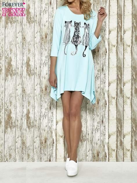 Niebieska sukienka damska z nadrukiem kotów                                  zdj.                                  2