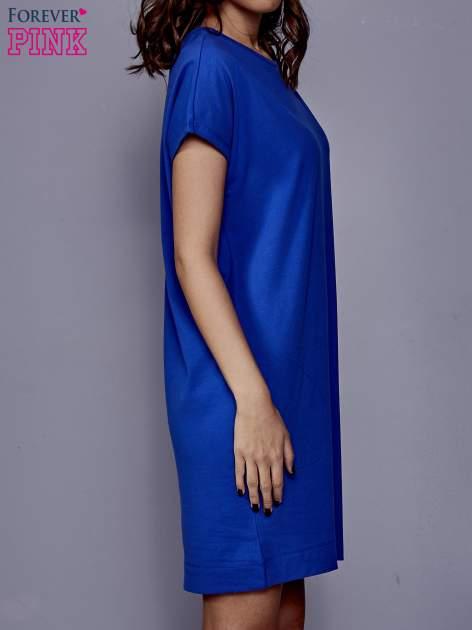 Niebieska sukienka dresowa z kieszeniami po bokach                                  zdj.                                  3