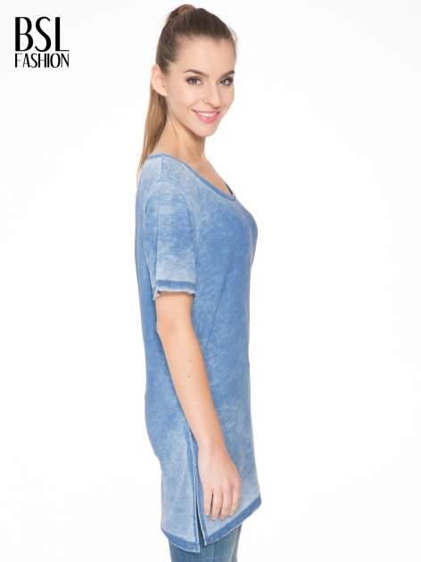 Niebieska sukienka typu t-shirt bluzka z efektem dekatyzowania                                  zdj.                                  3