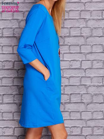 Niebieska sukienka z naszywkami                                  zdj.                                  3