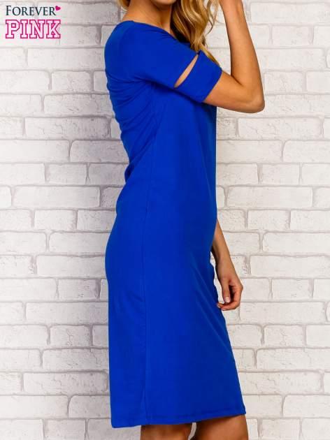 Niebieska sukienka z rozcięciami na rękawach