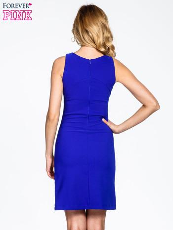 Niebieska sukienka z wycięciem na dekolcie                                  zdj.                                  4