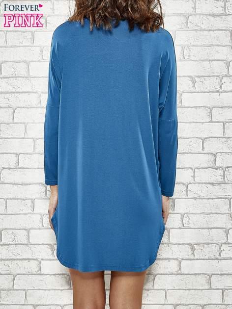 Niebieska sukienka ze złotym napisem UNIQUE                                  zdj.                                  4