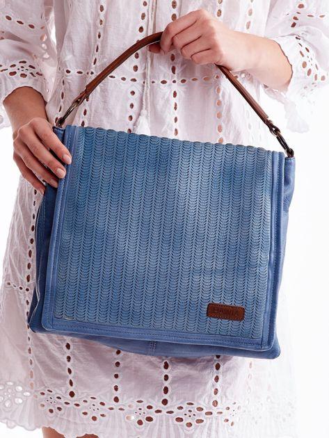 Niebieska torba z ażurowaną klapką                              zdj.                              2