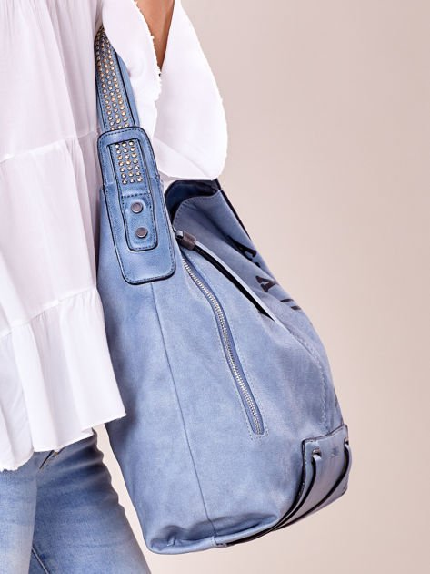 Niebieska torba z ćwiekami na pasku i nadrukiem                              zdj.                              3