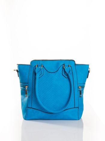 Niebieska torba ze złotymi wykończeniami