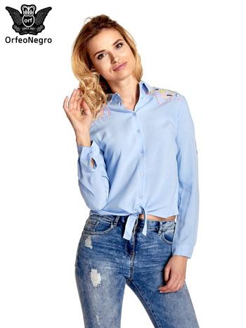 Niebieska wiązana koszula z aplikacjami na ramionach