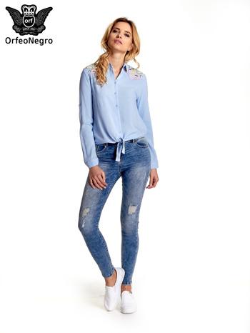 Niebieska wiązana koszula z aplikacjami na ramionach                                  zdj.                                  2