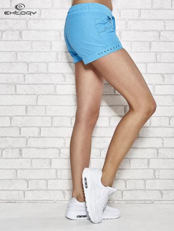 Niebieske szorty sportowe z kieszonkami i dżetami                                  zdj.                                  3