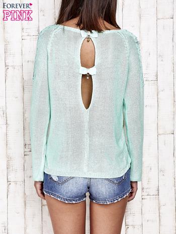 Niebieski błyszczący sweter z koronkowymi wstawkami                                  zdj.                                  4