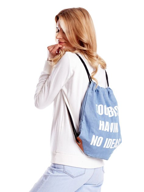 Niebieski denimowy plecak worek z napisem                              zdj.                              3