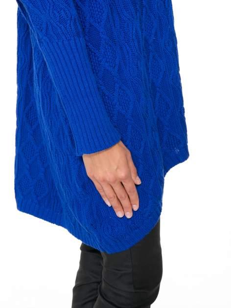 Niebieski dziergany długi sweter o kroju oversize                                  zdj.                                  8