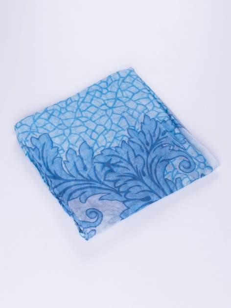 Niebieski komin z mozaikowym wzorem i motywem liści                                  zdj.                                  2